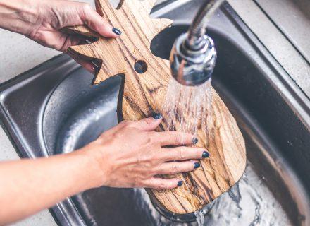Kaip tinkamai valyti medines pjaustymo lenteles?