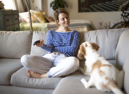 Ar sėdėjimas prie TV kenkia labiau nei sėdėjimas darbe?